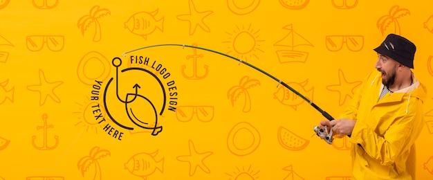 Pescador usando a estrada para pegar o logotipo