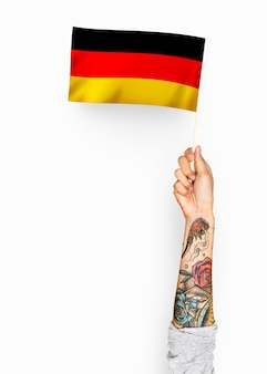 Pessoa acenando a bandeira da república federal da alemanha