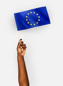 Pessoa acenando a bandeira da união europeia