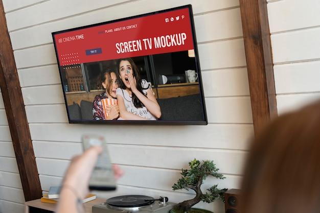 Pessoa assistindo um filme na tv