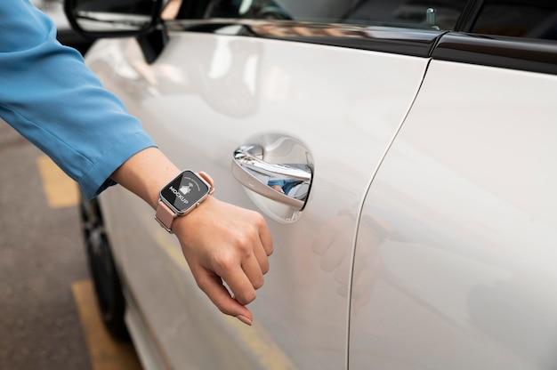 Pessoa com aplicativo de automação em um relógio digital