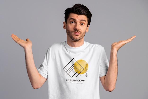 Pessoa com expressão animada usando maquete de camiseta