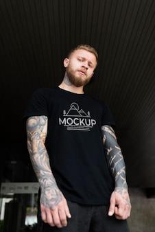 Pessoa genuína usando maquete de camiseta Psd grátis