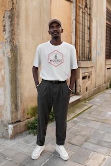 Pessoa genuína usando maquete de camiseta