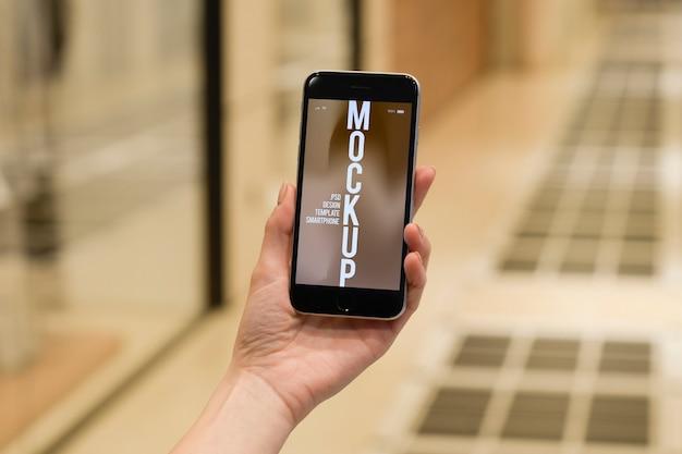 Pessoa leva celular