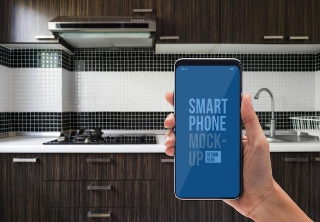 Pessoa que usa o aplicativo no smartphone para cozinha controlada Psd Premium