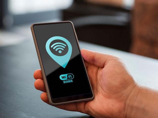 Pessoa segurando um telefone com conexão 5g