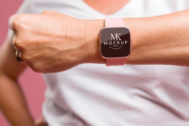 Pessoa usando uma simulação de smartwatch