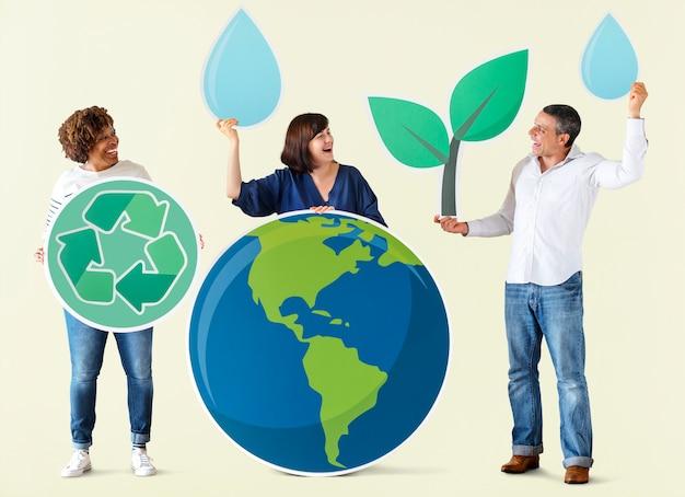 Pessoas com ambiente e ícones de reciclagem