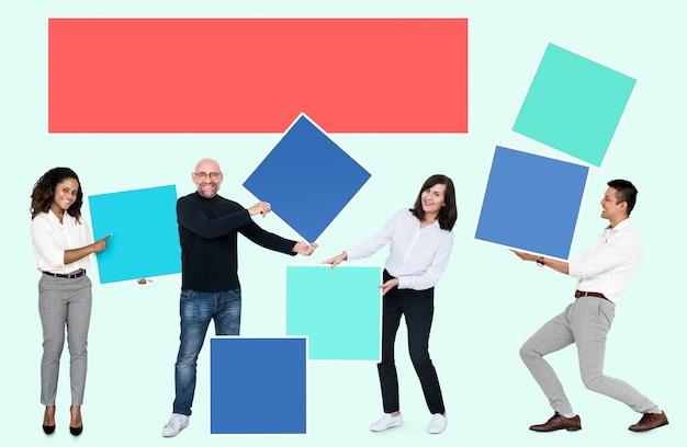 Pessoas com caixas coloridas em branco