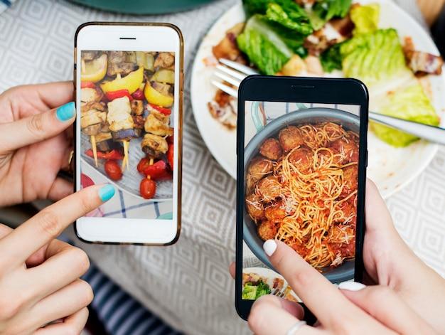Pessoas, compartilhar, alimento, fotos, ligado, telefone móvel