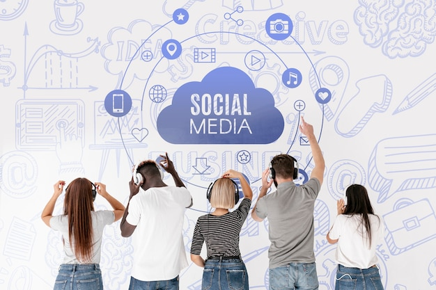 Pessoas de mídia social ouvindo música por trás do tiro