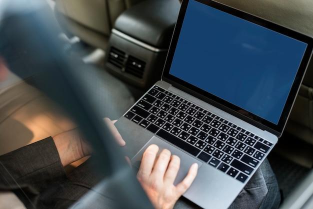 Pessoas negócio, usando computador portátil, carro