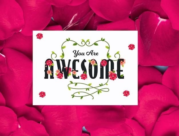 Pétalas de flores com cartão de mensagem