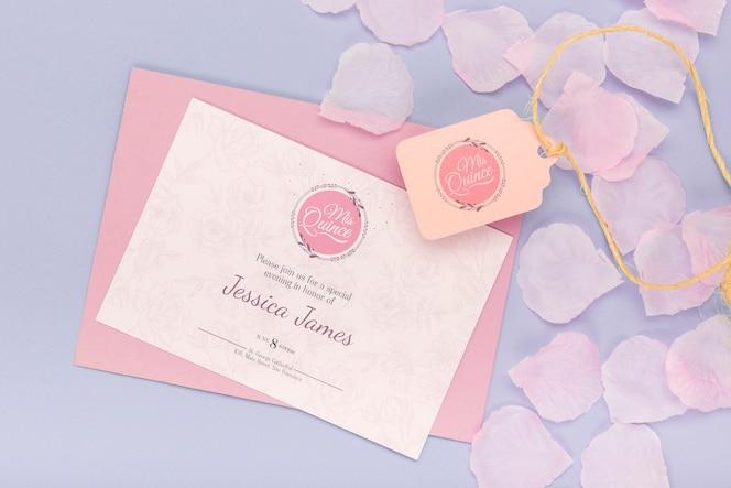 Pétalas de florescência e convite de quinze aniversários
