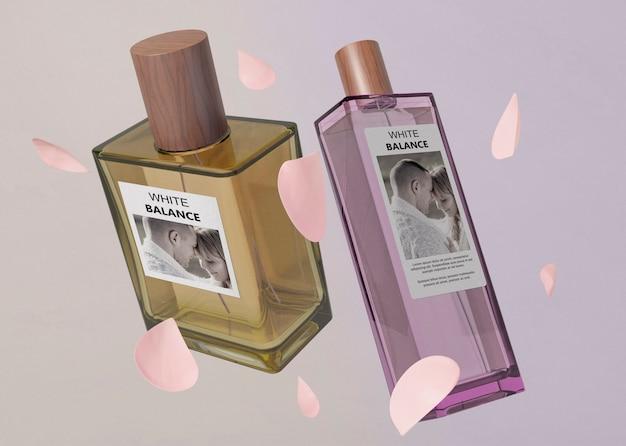 Pétalas e frascos de perfume na mesa