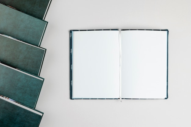 Pilha de agendas e caderno aberto
