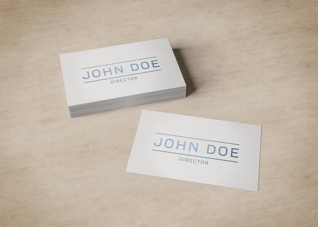 Pilha de cartão branco na maquete de madeira