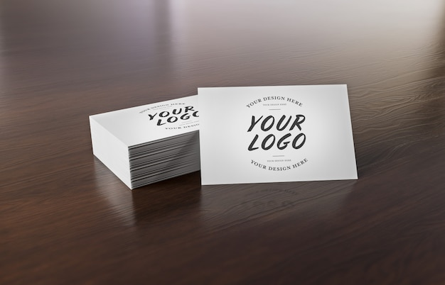 Pilha de cartão branco na mesa de madeira mockup