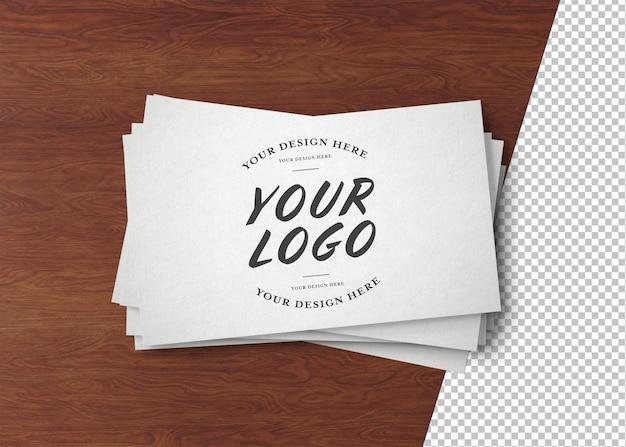 Pilha de cartão de visita branco cortado isolado na superfície de madeira