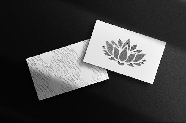 Pilha de cartão de visita de maquete de logotipo em relevo preto de luxo