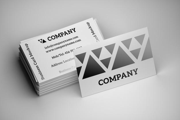 Pilha de maquete de cartões de visita branco sobre branco
