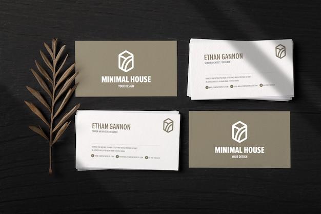 Pilha de maquete de cartões de visita em fundo madeira