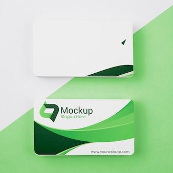Pilha de mock-up de cartões verdes de cópia espaço
