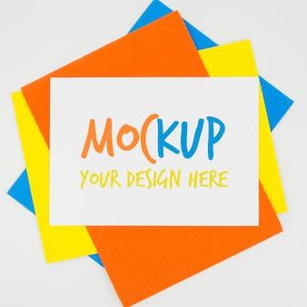 Pilha de mock-up de papéis coloridos