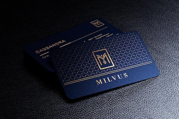 Pilha luxuosa de maquete de cartão de visita com efeito de impressão tipográfica