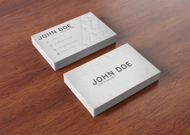 Pilhas de cartão branco na superfície de madeira mockup