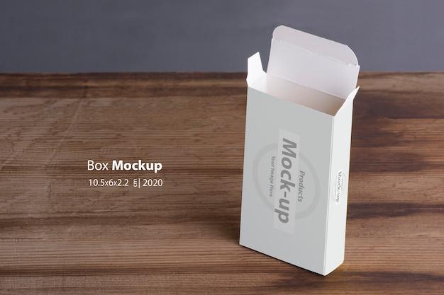 Pillbox vazio aberto vertical na mesa de madeira