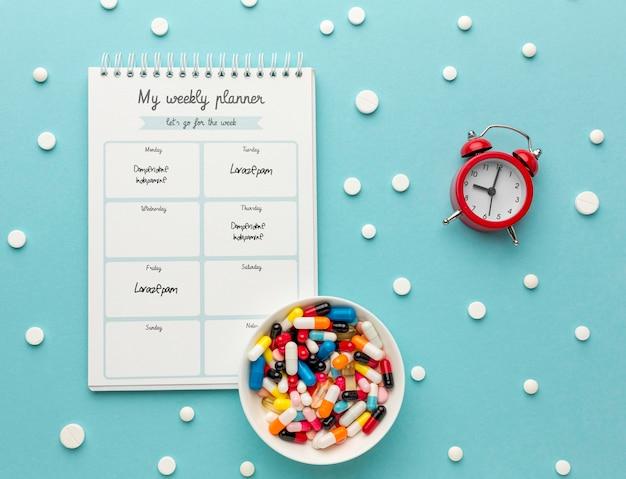 Pílulas de postura plana e arranjo de notebook