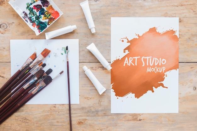 Pincéis e tintas de mock-up de estúdio de arte