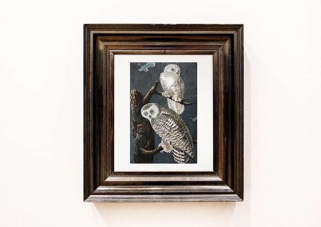 Pintura de corujas em uma moldura de madeira