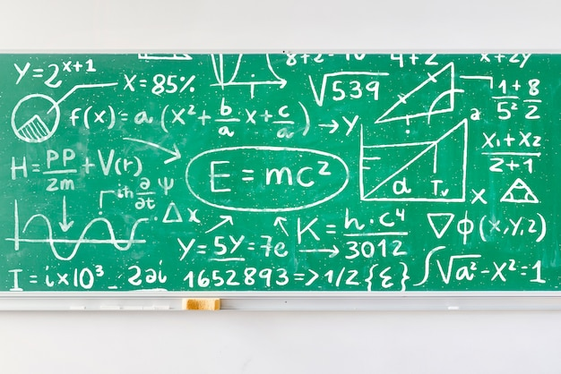 Placa cheia de fórmulas de matemática mock-up