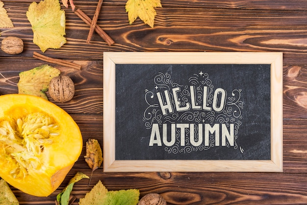 Placa com mensagem de giz para a temporada de outono
