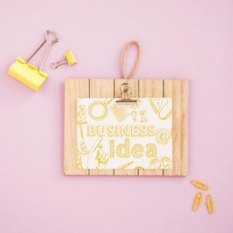 Placa de madeira com mensagem motivacional