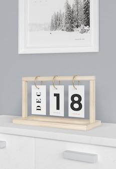 Placa de madeira com números de calendário em tags