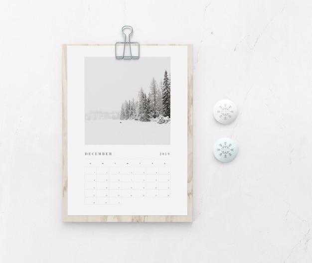 Placa de madeira de mock-up com calendário na parede