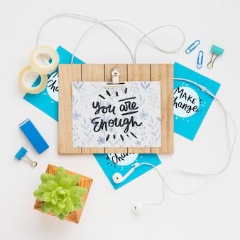 Placa de madeira de mock-up com mensagem no