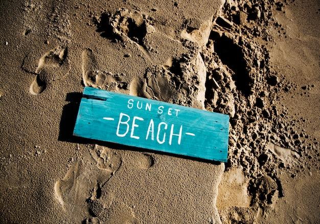 Placa de madeira na areia