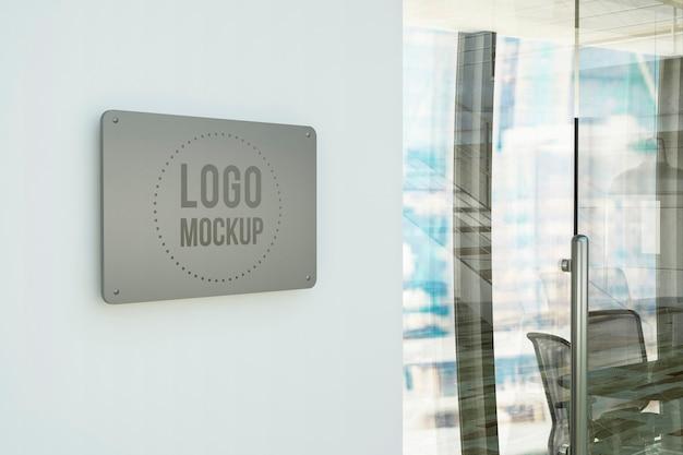 Placa de metal na maquete da parede do escritório