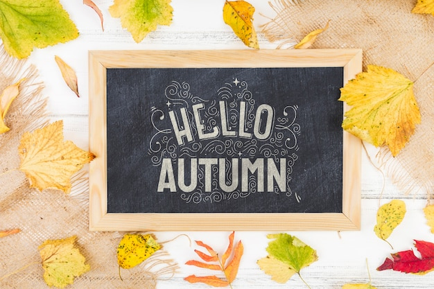 Placa de mock-up com mensagem de giz para o outono
