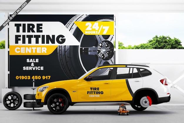 Placa de publicidade na montagem do pneu com maquete do carro