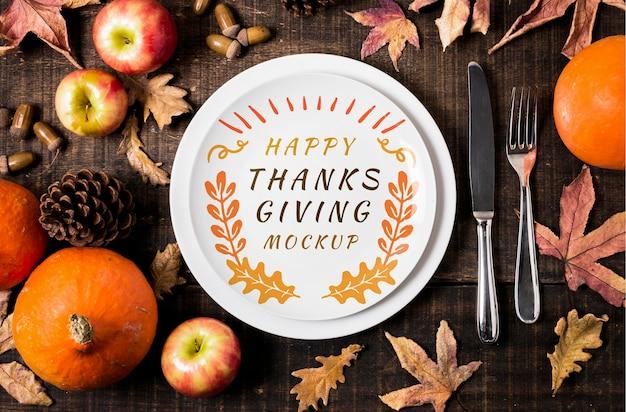 Plano de ação de graças feliz com maquete de prato e talheres