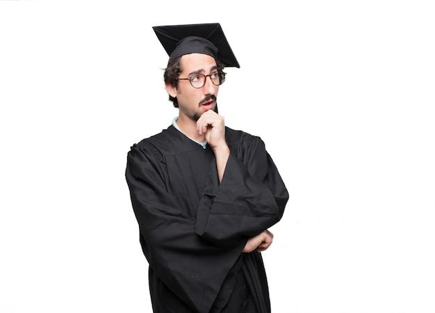 Pós-graduação homem barbudo com uma expressão dissidente, séria e severa, com os polegares para baixo em desaprovação