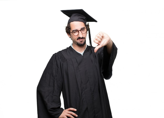 Pós-graduação homem barbudo com uma expressão dissidente, sério, severo, com os braços cruzados em desaprovação