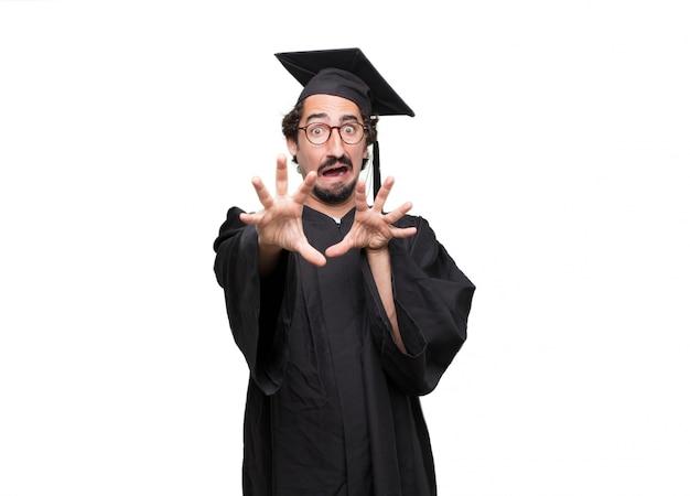 Pós-graduação homem barbudo olhando assustado, assustado e horrorizado