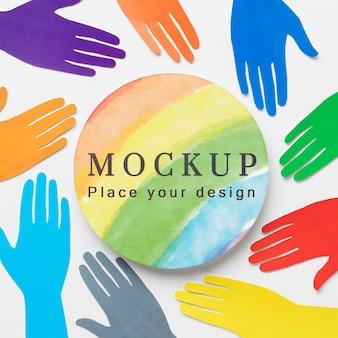 Posição plana das mãos coloridas do arco-íris para diversidade